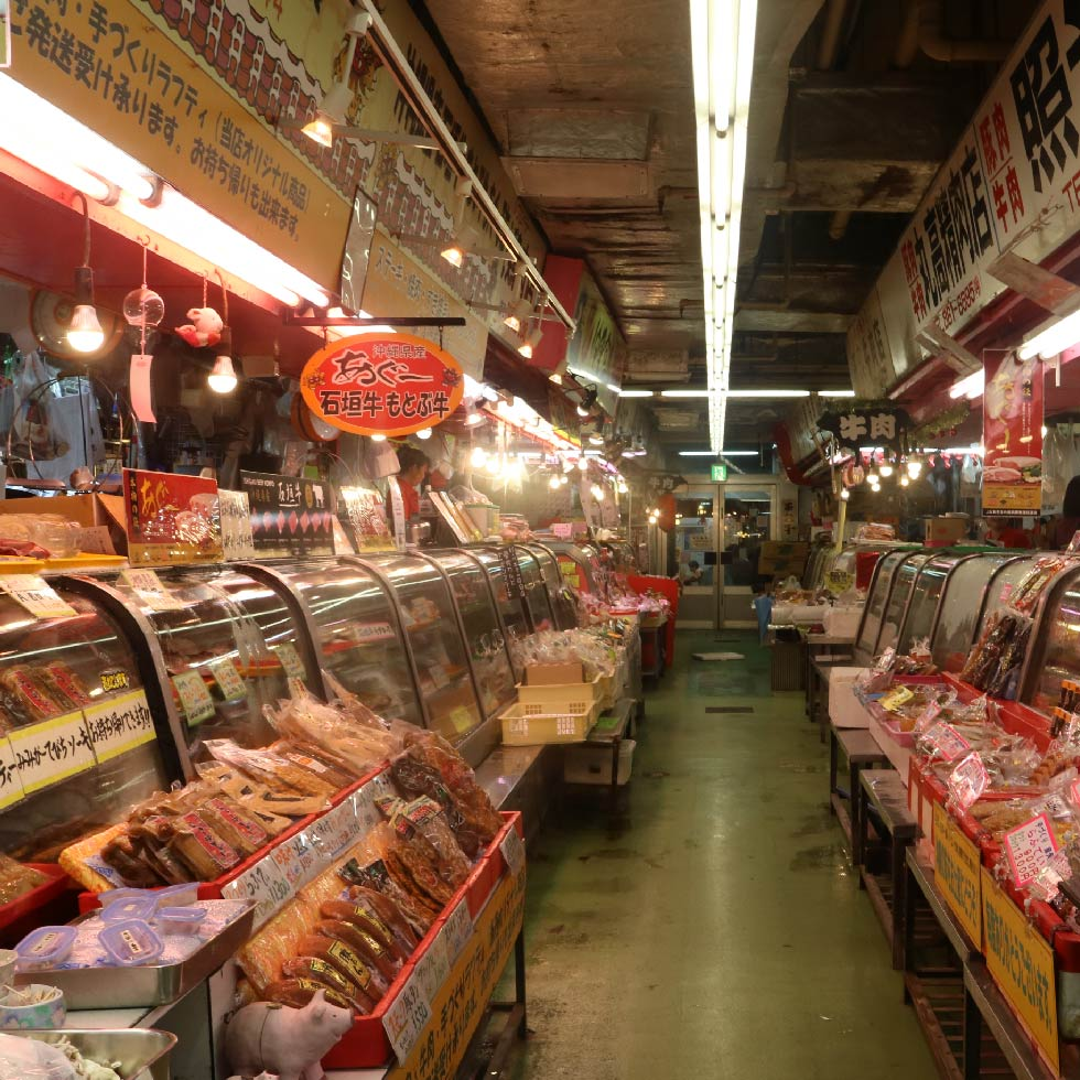 6.Inside the building,there a lot of novel fresh fishes,carefully chosen meats,processed goods,spices and groceries!